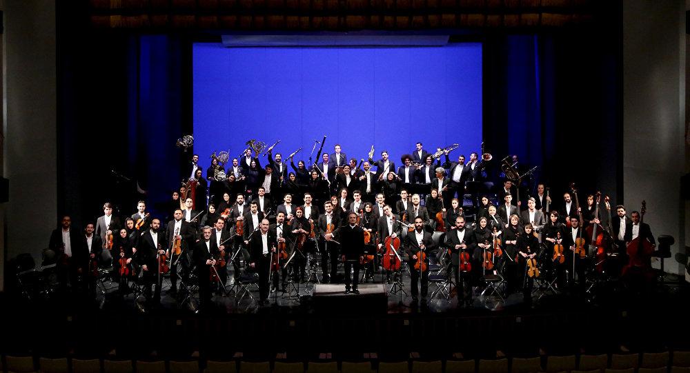 ارکستر دختر پسران تبریزی با اجرای مجنون تو اثری از انوشیروان روحانی